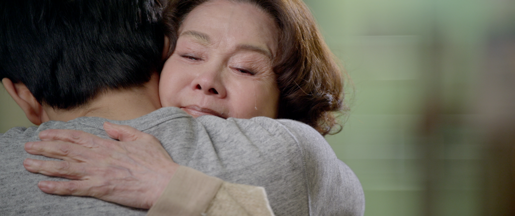 A hug between mother and son in Baby Steps (2015).